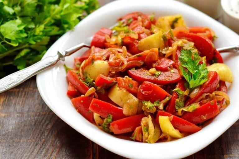 Смачна закуска зі смаженою цибулею, помідорами і перцем
